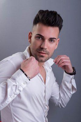 Fotos de Antonio con camisa blanca sobre fondos del estuido de fotos jonathanfoto