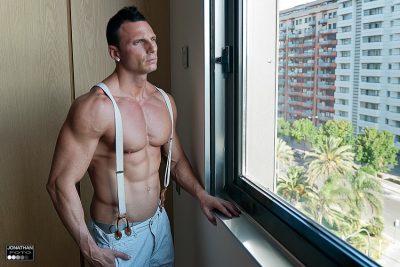 Edu y sus abdominales a la luz de la ventana del hotel. Jonathanfoto fotografo en Valencia