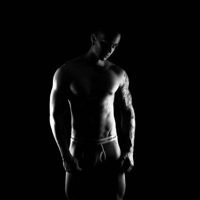 Book masculino fitness en estudio. Utilizamos la luz para conseguir imágenes con fuerza.