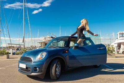Book de fotos con un cielo azul en la zona del puerto náutico de Valencia