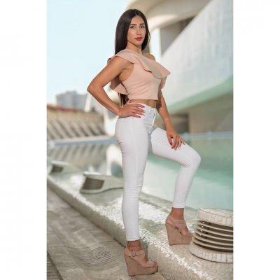 Sesiones de fotos en exterior de la ciudad de Valencia. tate con pantalón blanco y camisa color pastel